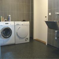 Eget hjørne for vaskerom, med utstyr montert.
