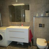 Ferdig bad med vegghengt WC. Kasse for vegghent WC med skiferplate på toppen.