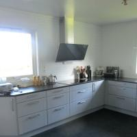 Ferdig kjøkken med nye vinduer og ny terrassedør. Kjøkkeninnredning levert og montert av andre.