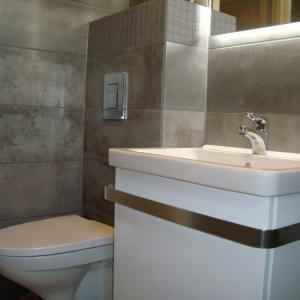 Vegghengt wc, servant, skap og speil med lys på baksiden.