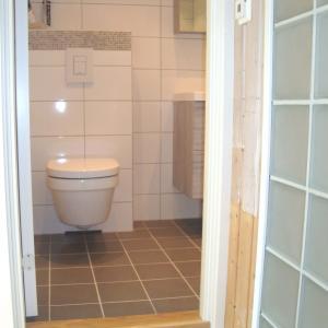 Ny dør montert til nytt baderom