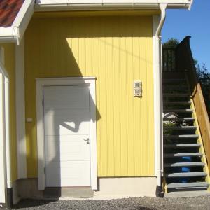 Utvendig dør inn til garasje og trapp til loft.