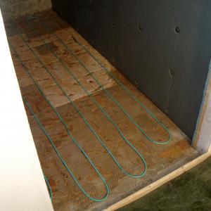 Legging av varmekabel på gulv.