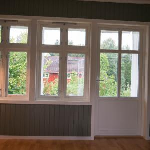 Nye vinduer og verandadør i stue (Fjordglas)