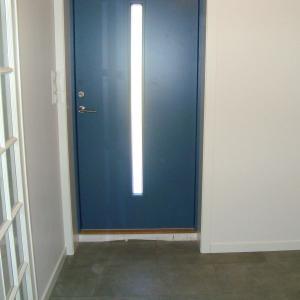 Ny blå ytterdør med vertikalt glass, ble montert i det nye vindfanget.
