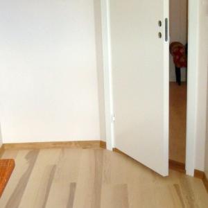Tidligere vindfang gjort om til soverom. Nytt gulv og ny innerdør ferdig montert.