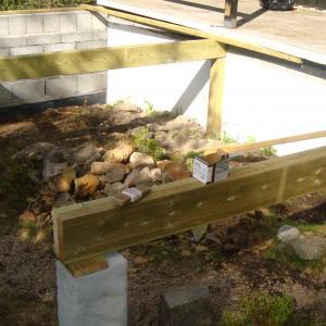 Ny mur satt opp i ene enden i forbindelse med utvidelse av terrasse.