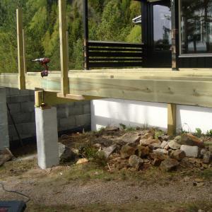 Montering av stolper til rekkverk på den nye terrassen.