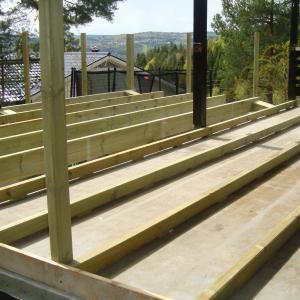 Opphøyning av eksisterende terrasse slik at den får et helt gulv sammen med den nye delen.
