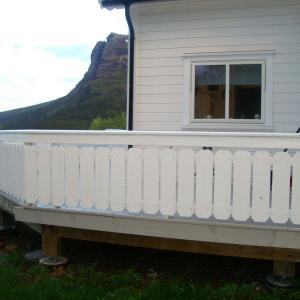 Bygget ny terrasse som går rundt store deler av huset.