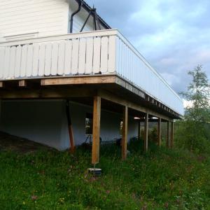 Ny terrasse sett fra nedsiden av huset.