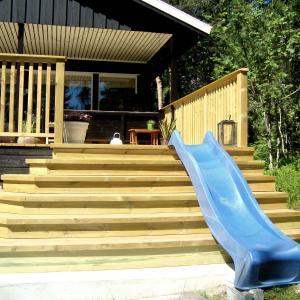 Ny terrasse sett fra siden, med ny bred trapp.