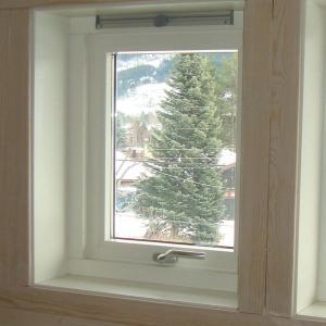 Takoppløft sett innvendig. Tre små vinduer.