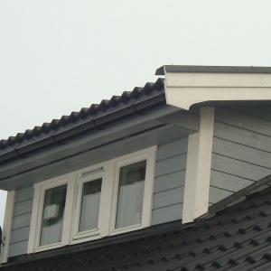 Takoppløft med tre små vinduer