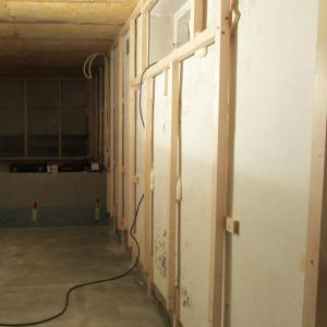 Støpt nytt gulv og montering av lekter på vegger.