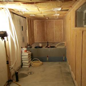 Isolering av vegger. Montering av kasser til spotter i tak.