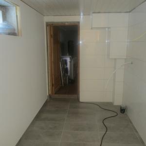 Flislagt gulv og vegger. Walls2Paint plater på yttervegg.