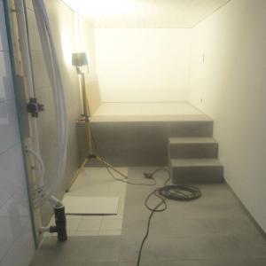 Deler av rommet har et annet gulvnivå. Flyttbar trapp ble bygget. Denne og vegger i område rundt badekar ble kledd med våtromsplater.
