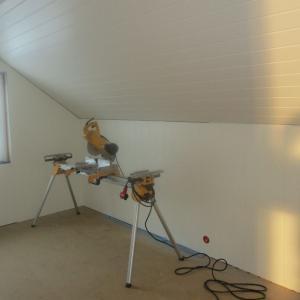 Ferdigmalt panel montert i tak og ferdigmalte plater montert på vegger.