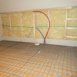 Baderom før støping av gulv. Varmekabel, sluk og røroppstikk er montert.