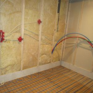 Strøm legges skjult i veggen på baderom.