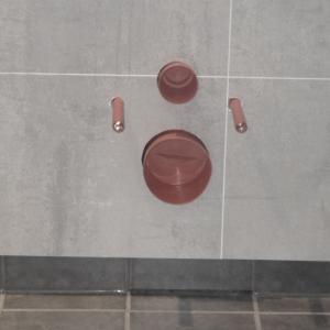 Kasse for vegghengt WC er bygget og kledt med Berry Alloc våtromsplater og sokkelflis. Hvis det skulle oppstå lekkasje inne i kassen, er det laget en slisse i bunn av kassen hvor vann kan komme ut og raskt oppdages.