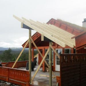 Takoverbygg på terrasse under bygging, sett bakfra med utsikt fra Blefjell.