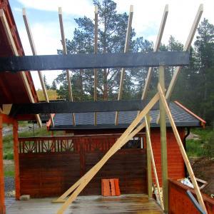 Takoverbygg på terrasse under bygging, sett fra innsiden.