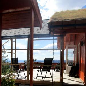 Ferdig takoverbygg på terrasse, sett fra baksiden.
