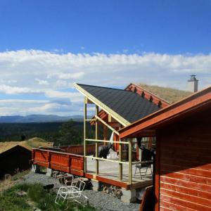 Ferdig takoverbygg på terrasse, sett fra baksiden med utsikt fra fjellet.