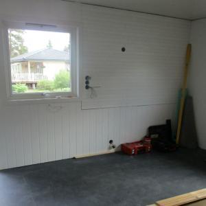 Kjøkkenrom med nye vegger og nytt gulv.