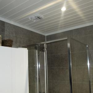 Lysspotter montert i tak og avtrekksvifte montert i tak.