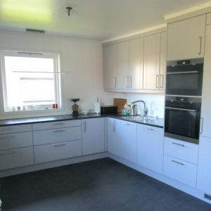 Ferdig kjøkken med nytt vindu. Kjøkkeninnredning levert og montert av andre.