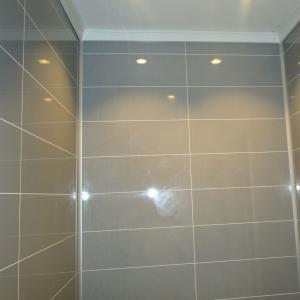 WC-rom: Berry-Alloc plater på vegger med flismønster.