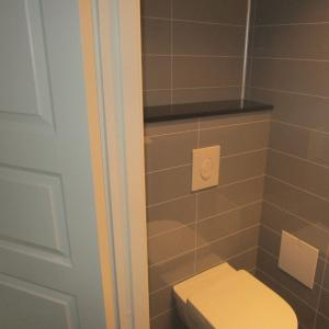 WC-rom: vegghengt WC montert.