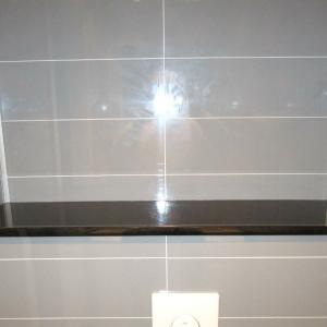 WC-rom: på toppen av kasse til vegghengt WC ble det montert sort skiferplate.