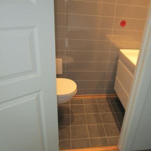 Ferdig WC-rom med flislagt gulv.