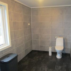 Ferdig bad. WC stående på gulv.