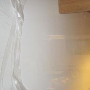 Montering av glatte hvite plater.