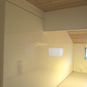 Kjøkkenrom med glatte hvite plater på alle vegger.