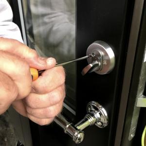 Montering av dørskilt og dørhåndtak på ny dør.
