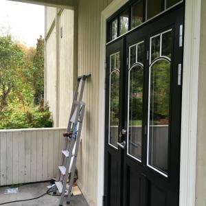 Ny sort dobbeltdør ferdig montert og belistet. Landlig stil med vinduer i dører og overlys.