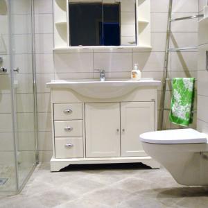 Ferdig flislagt bad med vegghengt klosett, baderomsinnredning og dusj